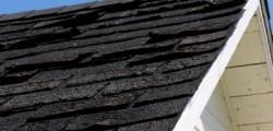 Bardeaux dégradés sur le toit